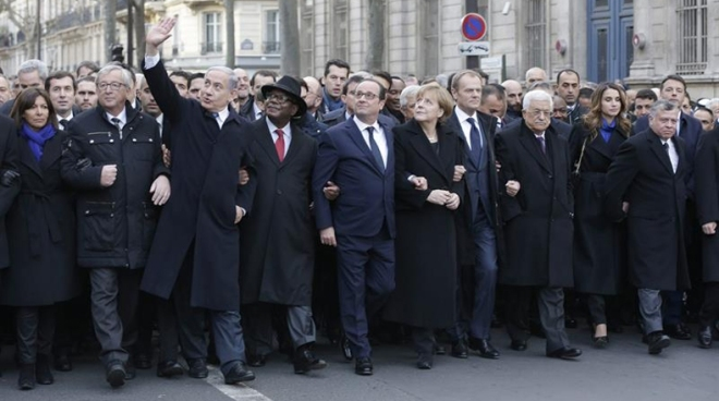 A passeata de Paris começou pouco antes das 15h30 locais (12h30 de Brasília) na Praça da República, liderada pelas famílias e parentes de vítimas dos ataques, seguidos por políticos, lideranças sindicais e religiosas.