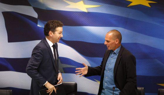 O presidente do Eurogrupo, Jeroen Dijsselbloem (à esq.), e o ministro grego das Finanças, Yanis Varoufakis, na sexta-feira em Atenas. / KOSTAS TSIRONIS (REUTERS)