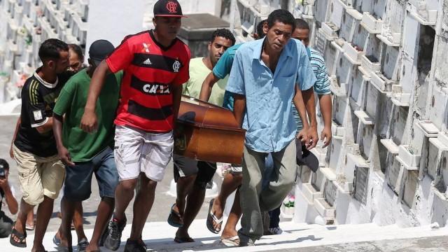 Os negros enterram mais um filho de negro no Rio de Janeiro, capital do rock