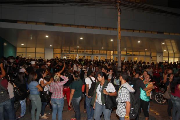 Os trabalhadores foram retirados do prédio e quem chegava recebia a informação de que aguardasse a orientação sobre o retorno da atividade. Foto Edvaldo Rodrigues