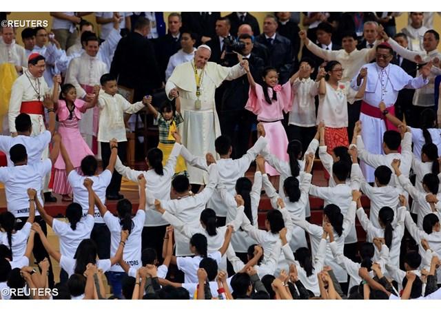 Papa com os jovens em Manila - REUTERS
