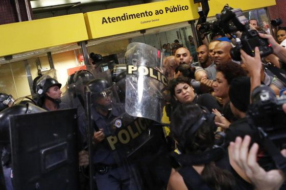 Policiais e manifestantes no protesto no dia 27, em São Paulo. / NACHO DOCE (REUTERS)