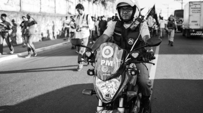 Chacina do Cabula. Durante o trajeto manifestantes foram xingados e ameaçados pelos policiais.  Foto Rafael Bonifácio/ Ponte Jornalismo