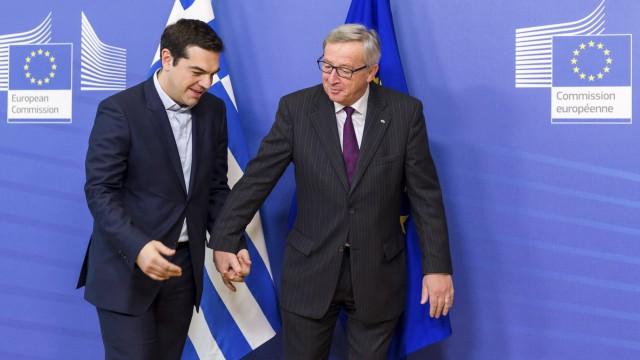 Calorosa recepção de Juncker. O presidente da Comissão Europeia levou o líder grego Tsipras pela mão ao lugar onde realizaram uma reunião. / G. V. WIJNGAERT (AP) / REUTERS LIVE!