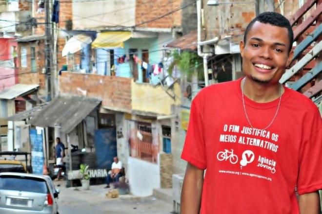Marcado para morrer pela polícia petista. Enderson Araújo no bairro de Sussuarana, periferia de Salvador, onde mora