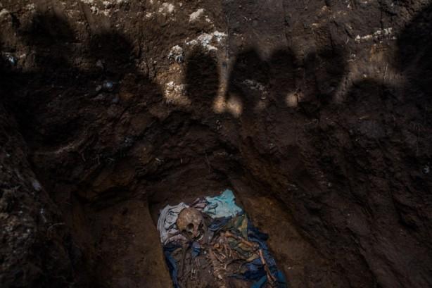 GUATEMALA - IXIL GENOCIDE - DANIELE VOLPEExhumación en Santa Avelina, Cotzal, en Guatemala, donde la fotógrafa Daniele Volpe retrata el genocidio de la etnia Ixil (© Daniele Volpe - Courtesy FotoEvidence) Ver más en: http://www.20minutos.es/fotos/artes/premio-fotoevidence-2015-11201/?imagen=1#xtor=AD-15&xts=467263