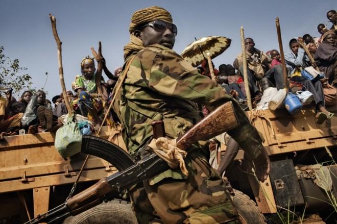 2/7INFERNO CENTRAL AFRICAN REPUBLIC - MARCUS BLEASDALEMusulmanes huyendo de Bangui protegidos por tropas del Ejército de Chad, que interviene en la República Centroafricana como fuerza pacificadora (© Marcus Bleasdale / VII - Cortesy FotoEvidence) Ver más en: http://www.20minutos.es/fotos/artes/premio-fotoevidence-2015-11201/?imagen=1#xtor=AD-15&xts=467263