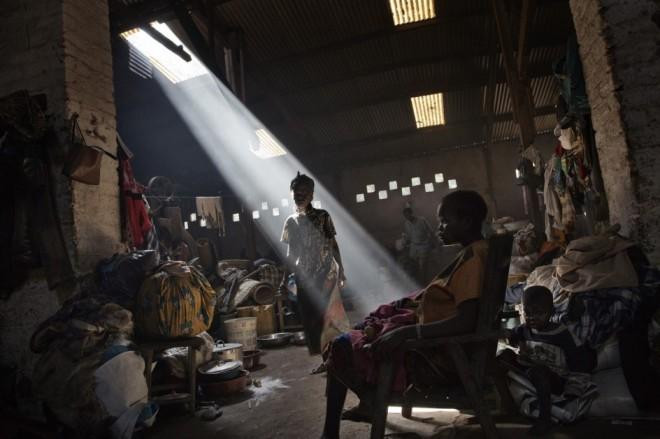 1/7INFERNO CENTRAL AFRICAN REPUBLIC - MARCUS BLEASDALEPersonas desplazadas por los combates buscan refugio en una vieja factoría en Bossanga. Foto del reportero Marcus Bleasdale en la República Centroafricana, noviembre de 2013 (©Marcus Bleasdale / VII - Courtesy FotoEvidence) Ver más en: http://www.20minutos.es/fotos/artes/premio-fotoevidence-2015-11201/?imagen=1#xtor=AD-15&xts=467263