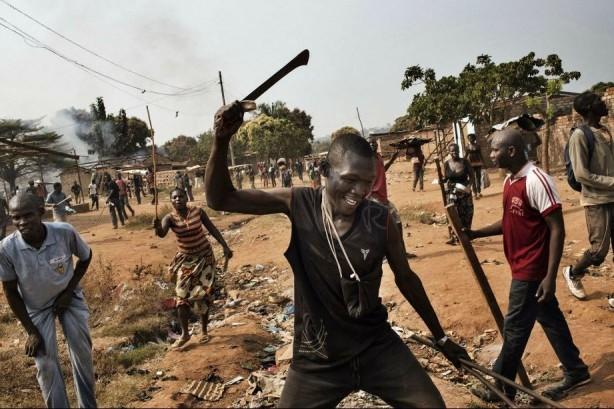 INFERNO CENTRAL AFRICAN REPUBLIC - MARCUS BLEASDALECristianos atacando una zona musulmana en las afueras de Bangui, en la República Centroafricana. Previamente, los musulmanes habían atacado a los cristianos (©Marcus Bleasdale / VII - Courtesy FotoEvidence) Ver más en: http://www.20minutos.es/fotos/artes/premio-fotoevidence-2015-11201/?imagen=1#xtor=AD-15&xts=467263