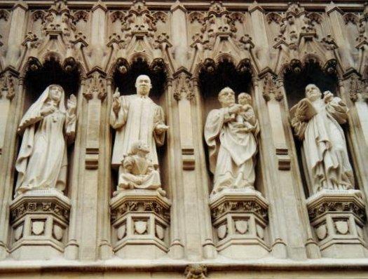 Na Galeria dos mártires do século XX da Abadia de Westminster- Madre Elisabeth da Rússia, o Rev. Martin Luther King, o Arcebispo Óscar Romero e o Pastor Dietrich Bonhoeffer