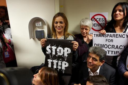 Protesto reuniu 40 eurodeputados diante da sala fechada. Foto do GUE:NGL