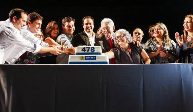 A noite começou com festa no Recife Antigo. Em meio às celebrações dos 478 anos do Recife, o prefeito Geraldo Julio e o governador Paulo Câmara realizaram o corte do bolo que, em Olinda,