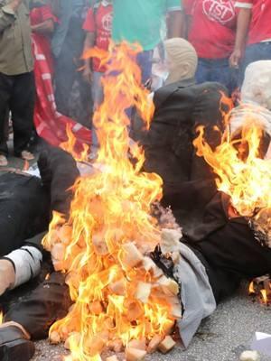 Boneco de Joaquim Levy queimando na Avenida! Não ao ajuste fiscal antipopular!