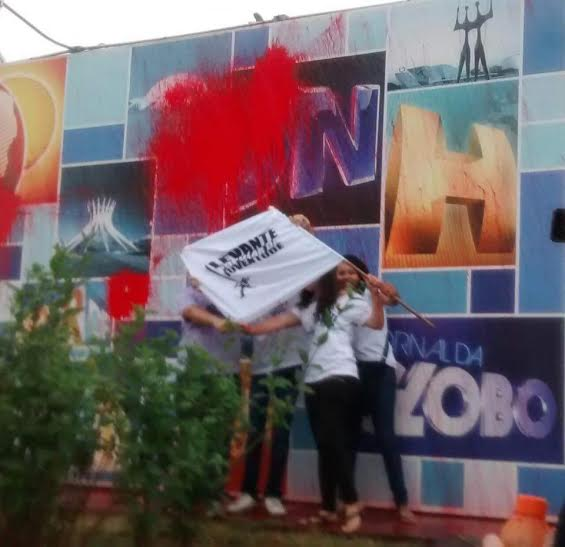 Levante realiza escracho na fachada da Globo em Brasília