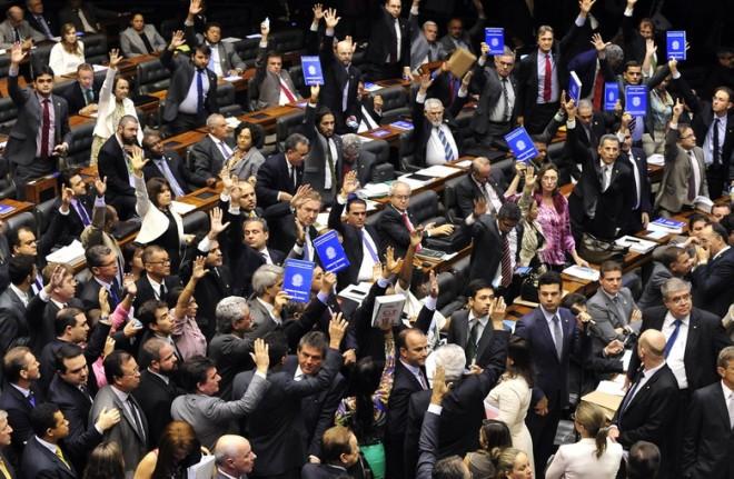 """Deputados contrários ao PL 4.330 erguem """"carteiras de trabalho"""" na votação das emendas do retrocesso"""