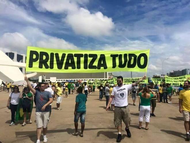 Faixa conduzida pelos manifestantes em Brasília, no dia 22 de abril de 2015, valorizando e santificando as privatizações tucanas