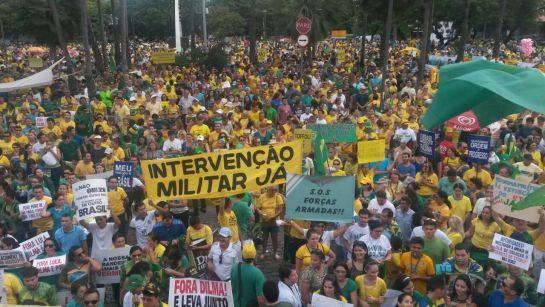 O Povo publica foto na Praça da Bandeira, com destaque para a faixa pedindo o retorno da ditadura