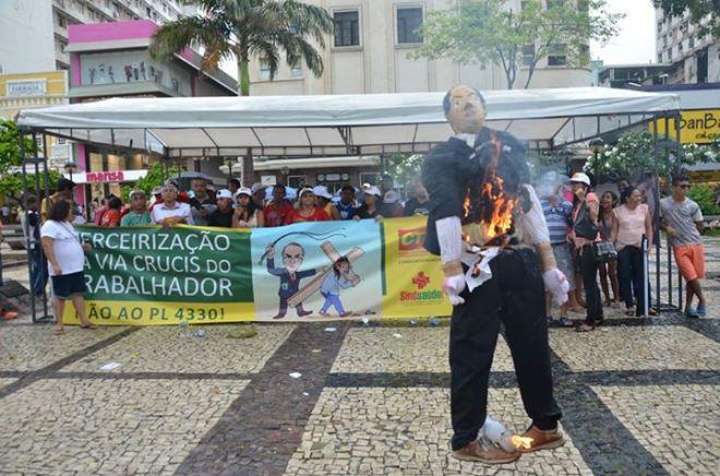 Sindicato dos Empregados em Estabelecimentos de Saúde no Estado do Ceará promove a queima do boneco de Eduardo Cunha