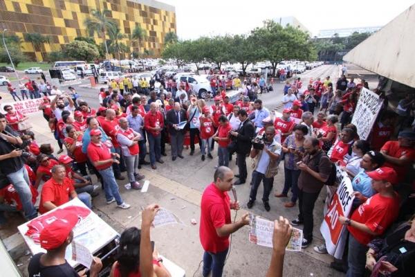 Vagner Freitas, presidente da CUT, conversa com trabalhadores na frente da Câmara