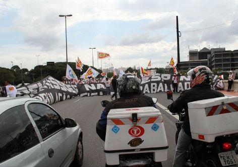 Em São Paulo, trabalhadores bloquearam a Ponte das Bandeiras contra a terceirização