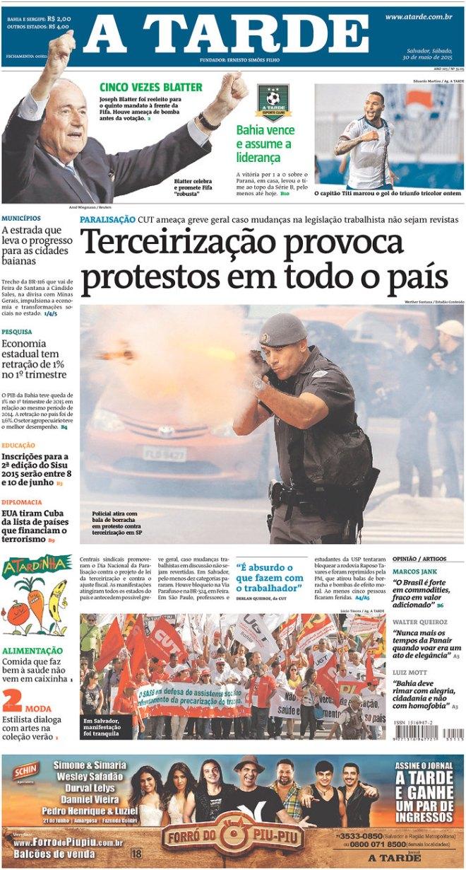 """Legenda do jornal A Tarde, Bahia: """"Policial atira com bala de borracha em protesto contra terceirização em SP"""". E acrescenta: """"É absurdo o que fazem com o trabalhador""""."""