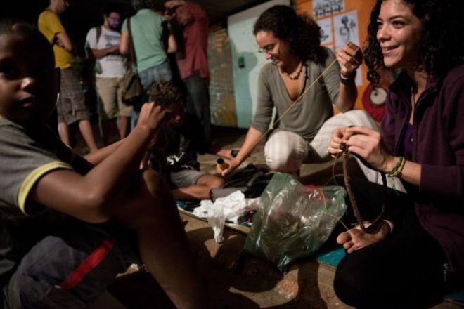 Vanessa Azevedo e Gabriela Pereira, estudantes de 25 anos, ensinam às crianças das comunidades vizinhas como fabricar 'filtros dos sonos'. A comunidade resolveu organizar atividades e aulas para tentar que os meninos deixem de cheirar cola. Foto Eric Gomes