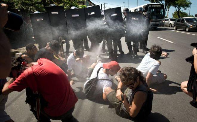 Policiais disparam spray pimenta contra ativistas sentados no chão durante a reintegração de posse do terreno, no dia 17 de junho. Foto Eric Gomes