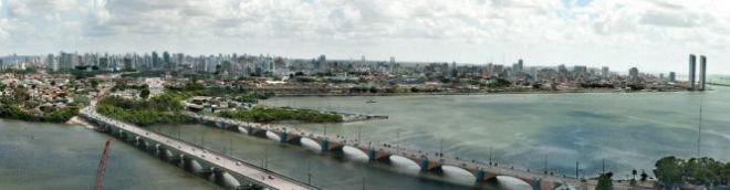 Vista panorâmica da região onde se pretende levantar o projeto Novo Recife. À direita, as torres Gêmeas, os primeiros arranha-céus a serem construidos no bairro histórico de São José. Foto Eric Gomes