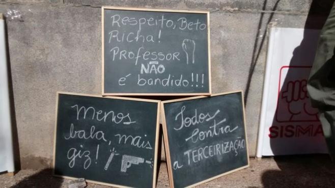 Quadros negros foram usados para transmitir mensagens na manifestação (Crédito: Antonio More/Gazeta do Povo)