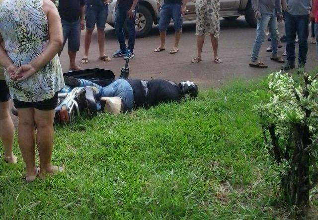 Corpo do radialista paraguaio Gerardo Coronel caído em rua do bairro da Granja, em Ponta Porã (Foto: Ponta Porã Informa)