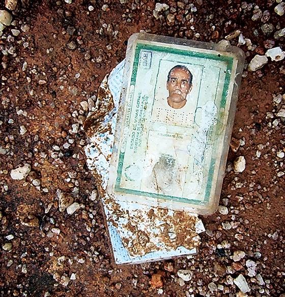 CENA DO CRIME A carteira de identidade do  jornalista Evany José Metzker. Ela foi lançada numa área rural do município de Padre Paraíso, onde seu corpo foi achado (Foto: Leo Drumond/Nitro/Época)