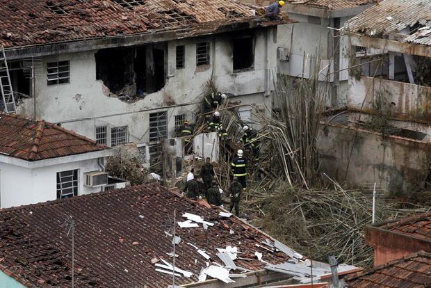 Aeronave caiu sobre imóveis nas ruas Alexandre Herculano e Vahia de Abreu, no Boqueirão