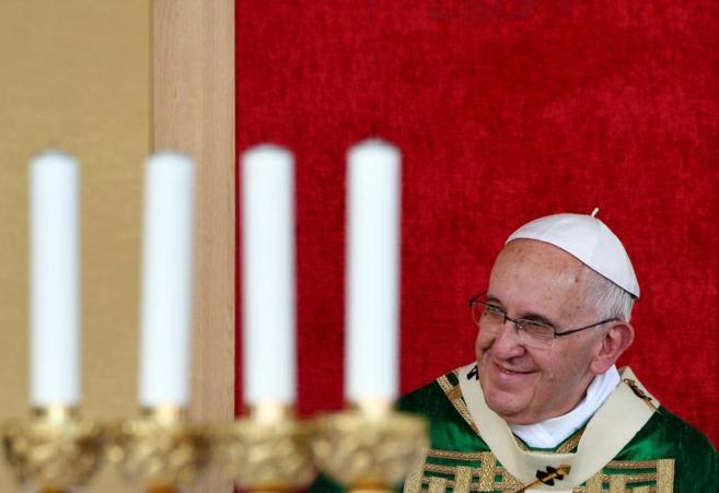 Francisco sonríe durante la misa que ha celebrado en Turín. ALBERTO PIZZOLI AFP