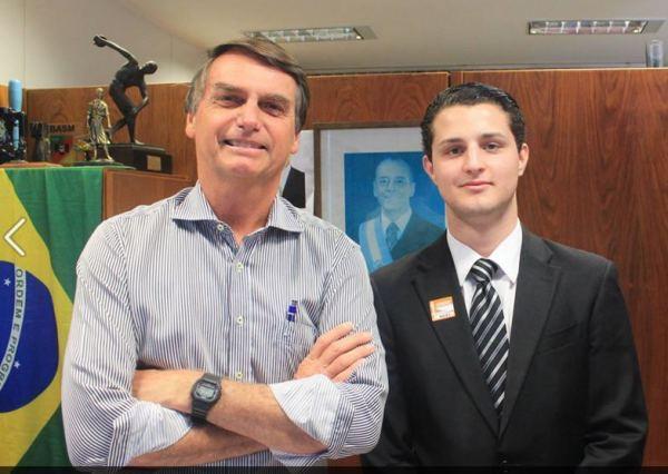 Gilly, boneco de Bolsonaro.Parecem pai e filho... Mas né não. Os filhos, Bolsonaro elegeu um deputado estadual, e o outro, vereador do Rio de Janeiro.