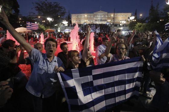 Partidários do 'não' comemoram a vitória em Atenas. / YANNIS KOLESIDIS (EFE)