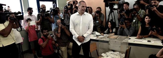Varufakis posa ante los medios tras depositar su voto para el referéndum / AFP