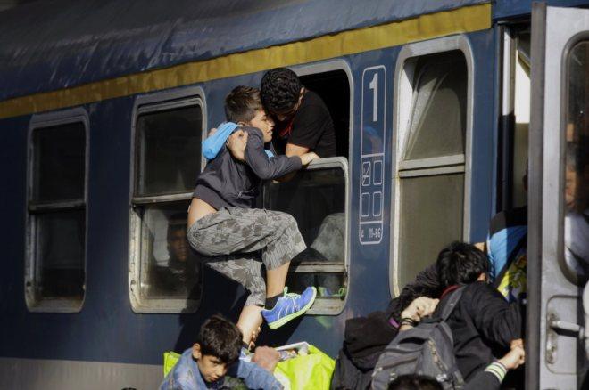 As autoridades húngaras permitiram o embarque dos refugiados nos autocarros que seguiriam até à fronteira com a Áustria. Que não seja uma viagem final de morte como aconteceu nos trens nazistas da Segunda Grande Guerra.  PETER KOHALMI/ AFP