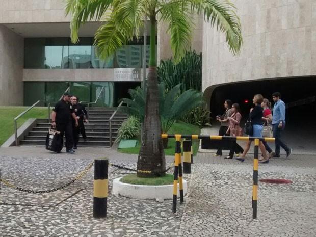 Policiais federais cumprem mandados de busca e apreensão no escritório da Odebrecht no Recife nesta sexta-feira na Operação Fair Play (Foto: Camila Torres / Globo Nordeste)