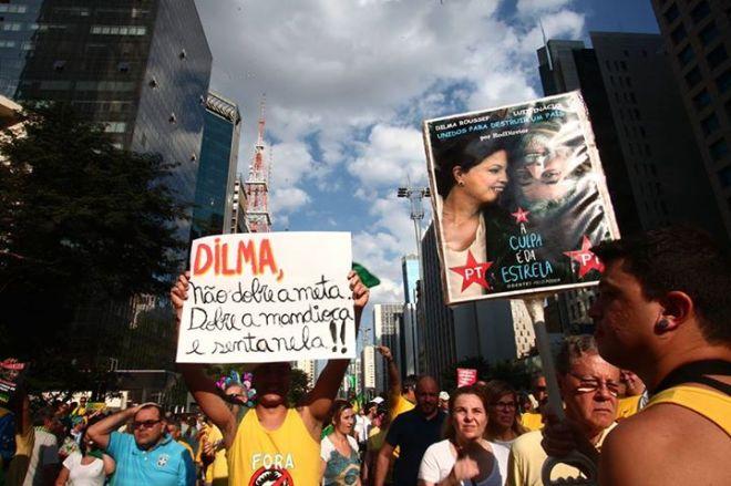 protesto mandioca dilma pornografia