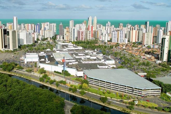Nos terrenos doados pelo governo para construir a fábrica de rum Bacardi e manguezais