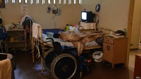 As celas são sujas e apertadas. Algumas têm até seis camas e estão frequentemente abarrotadas de cadeiras de rodas e equipamento médico