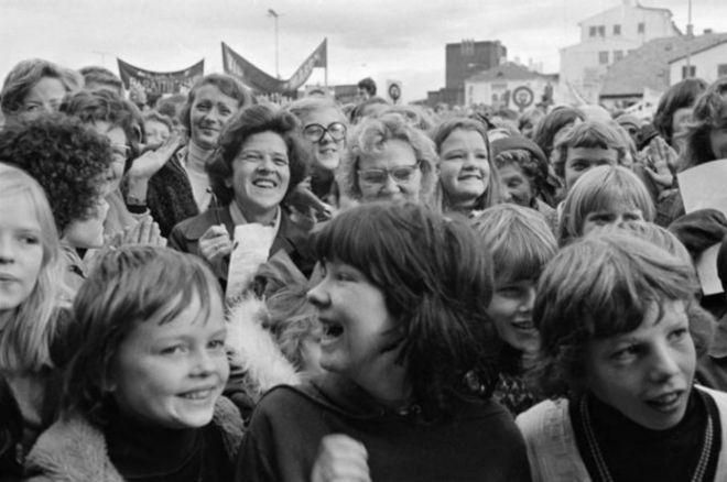 Milhares de mulheres em toda a Islândia participaram de atos por igualdade de direitos em 1975
